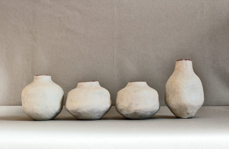 Cuatro jarrones blancos: Arte de estilo  de Silvia Valentín Cerámica