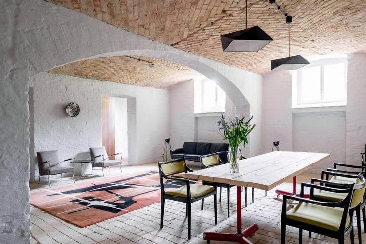 Jadalnia z salonem: styl , w kategorii Jadalnia zaprojektowany przez Loft Kolasiński,Eklektyczny Cegły