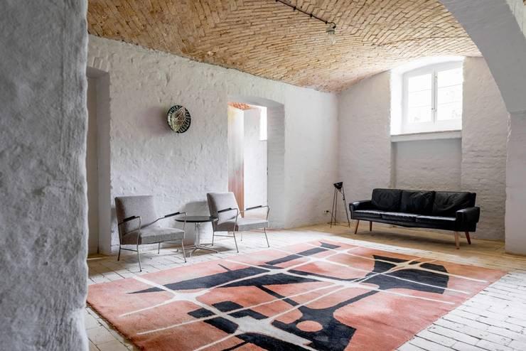 Salon letniego mieszkania: styl , w kategorii Salon zaprojektowany przez Loft Kolasiński,Eklektyczny Cegły