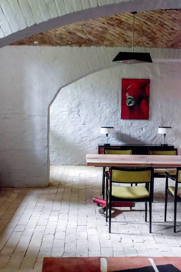 Jadalnia z vintage krzesłami: styl , w kategorii Jadalnia zaprojektowany przez Loft Kolasiński,Eklektyczny Naturalne włókno Beżowy