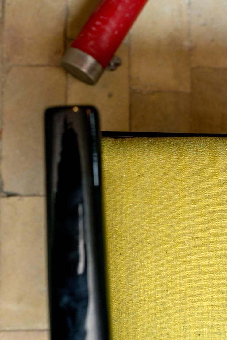 Krzesło po renowacji: styl , w kategorii  zaprojektowany przez Loft Kolasiński,Nowoczesny Lite drewno Wielokolorowy