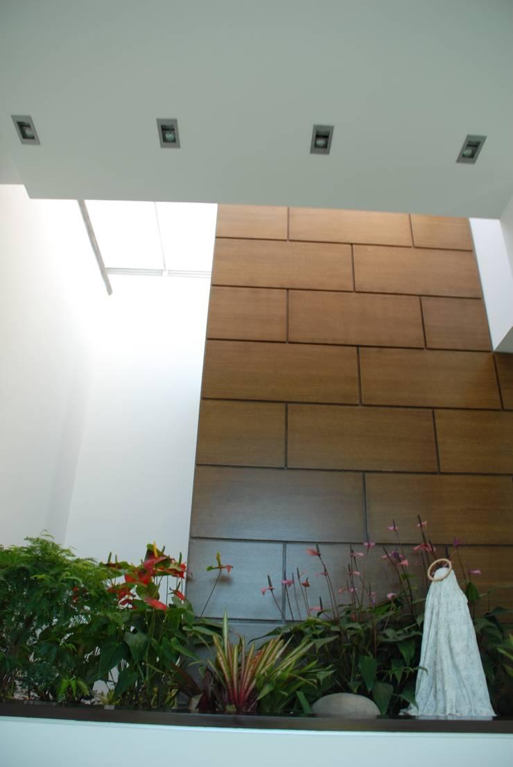 Casa el Hatillo: Paredes de estilo  por Arquitecto Juan Pablo Fernandes