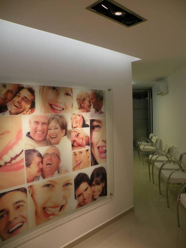 Centro Odontologico Smile Center: Clínicas y consultorios médicos de estilo  por RM arquitectos
