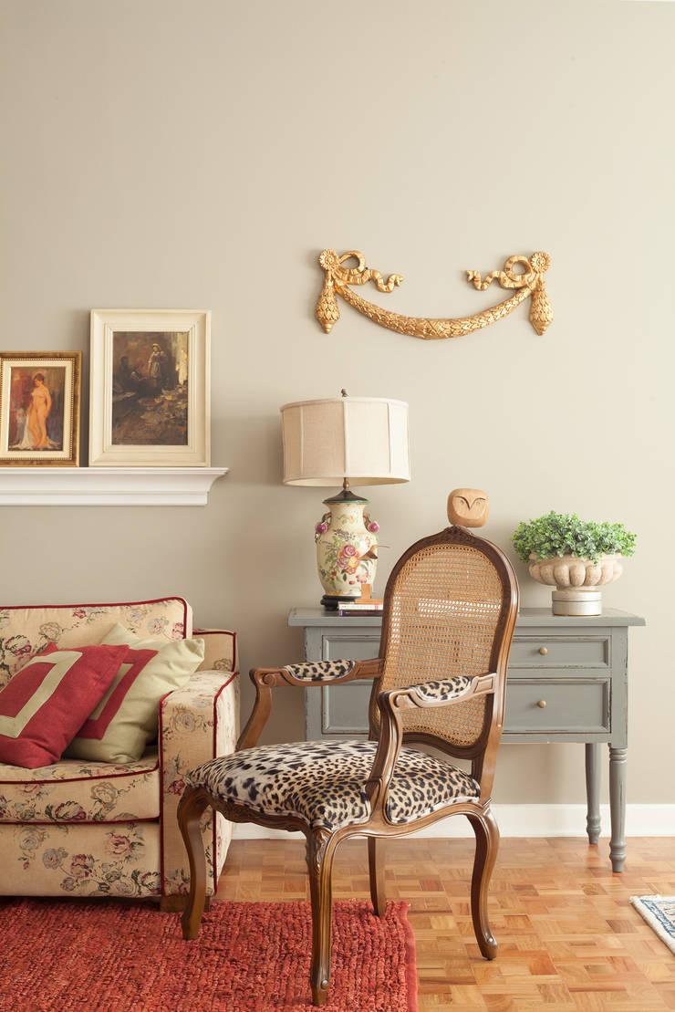 Apartamento Higienópolis: Sala de estar  por Marcia Pellegrini Designer + Interiores