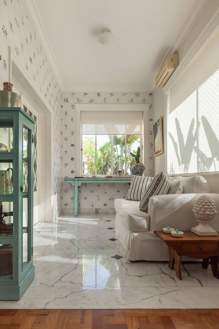 Apartamento Higienópolis: Varanda, alpendre e terraço  por Marcia Pellegrini Designer + Interiores