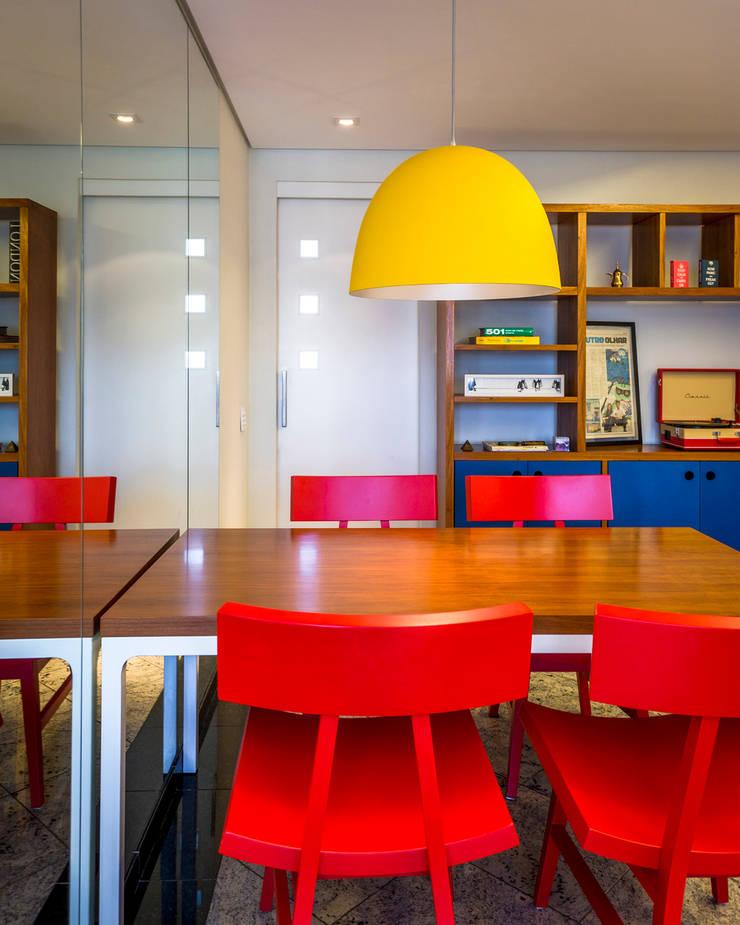 Cores primárias: Salas de jantar  por Enzo Sobocinski Arquitetura & Interiores
