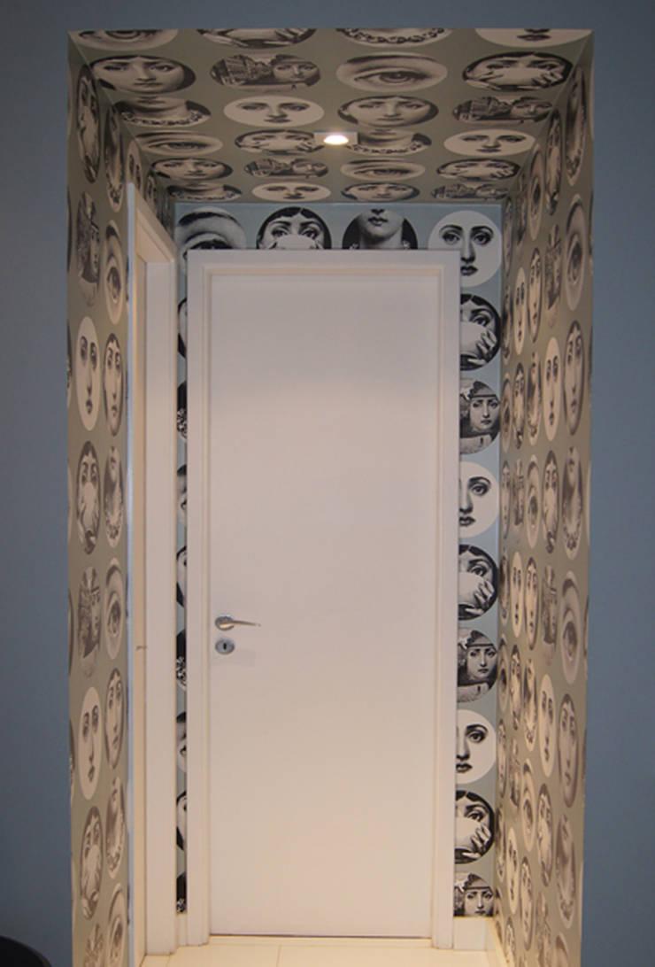 Apartamento Paraíso: Corredor, vestíbulo e escadas  por Marcia Pellegrini Designer + Interiores