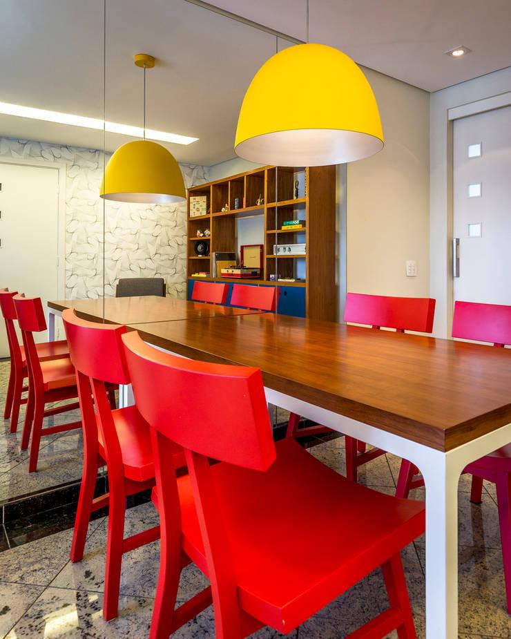 Cadeiras vermelhas: Salas de jantar  por Enzo Sobocinski Arquitetura & Interiores