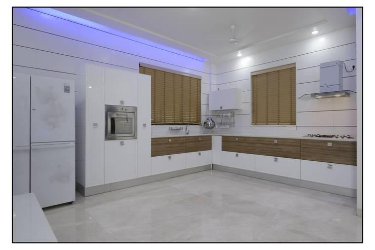 Thane Site:  Kitchen by CK Interiors Pvt Ltd