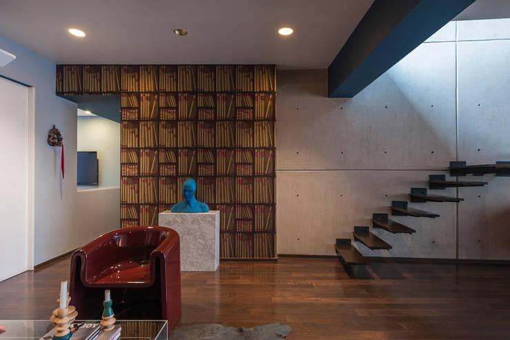 DEPARTAMENTO EN LA CONDESA II: Pasillos y recibidores de estilo  por MAAD arquitectura y diseño