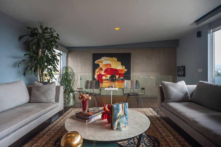 DEPARTAMENTO EN LA CONDESA II: Salas multimedia de estilo  por MAAD arquitectura y diseño