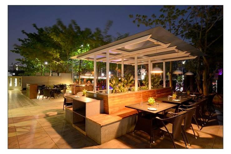 21WEST:  Garden by CK Interiors Pvt Ltd