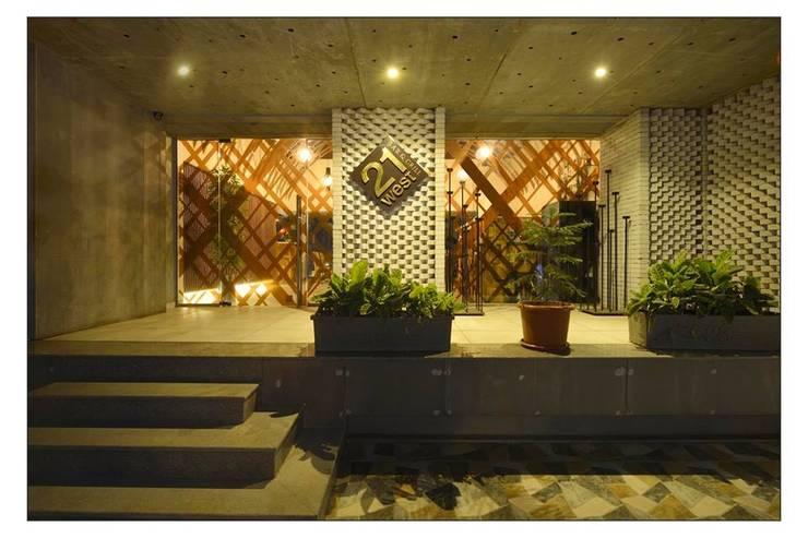 21WEST:  Terrace by CK Interiors Pvt Ltd