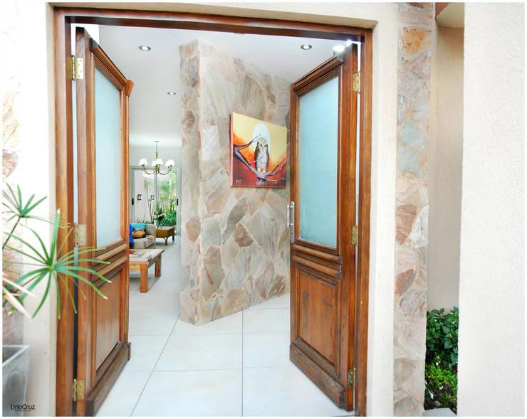 Pasillos y recibidores de estilo  por Silvana Valerio