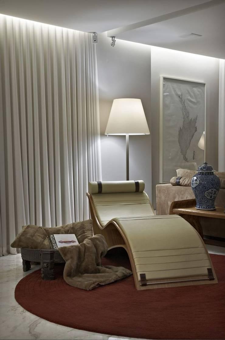 Apartamento AG: Salas de estar  por Gláucia Britto