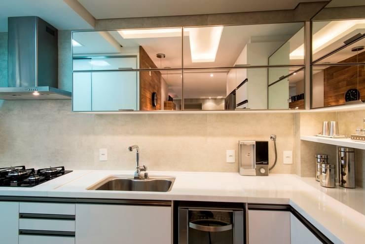 Apartamento Jovem Casal: Cozinha  por Cristine V. Angelo Boing e Fernanda Carlin da Silva