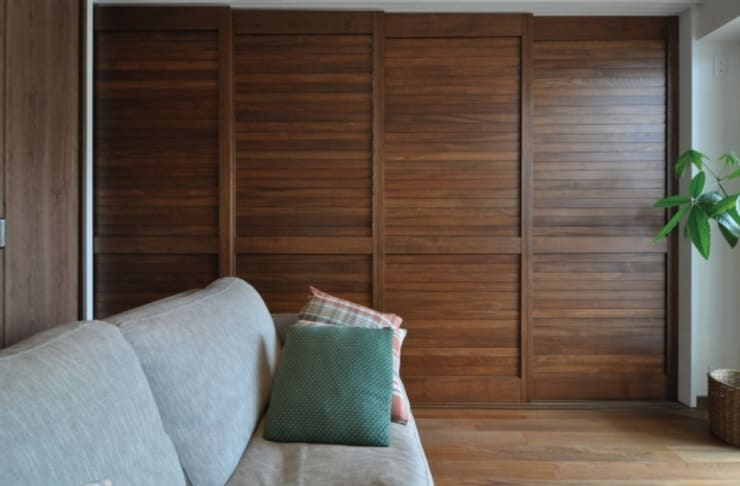ルーバー建具の間仕切り: 株式会社エキップが手掛けた寝室です。
