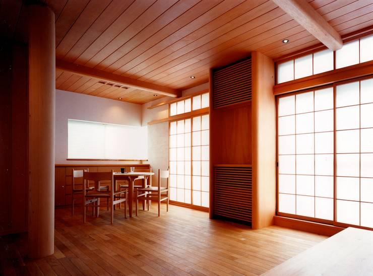 府中の家リノベーション: 松井建築研究所が手掛けたリビングです。