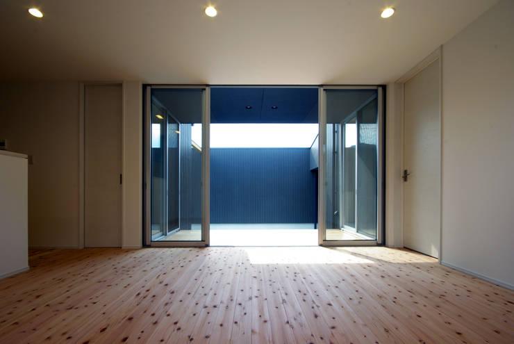周防大島町の家: アトリエ イデ 一級建築士事務所が手掛けたリビングです。