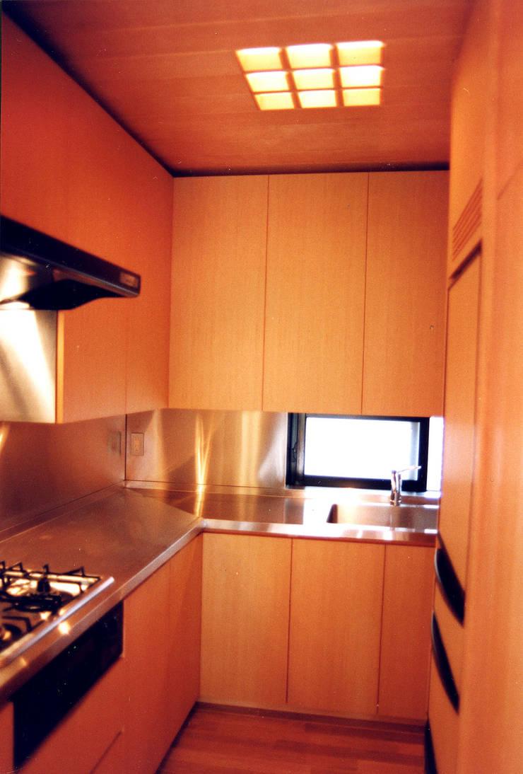 府中の家リノベーション: 松井建築研究所が手掛けたキッチンです。