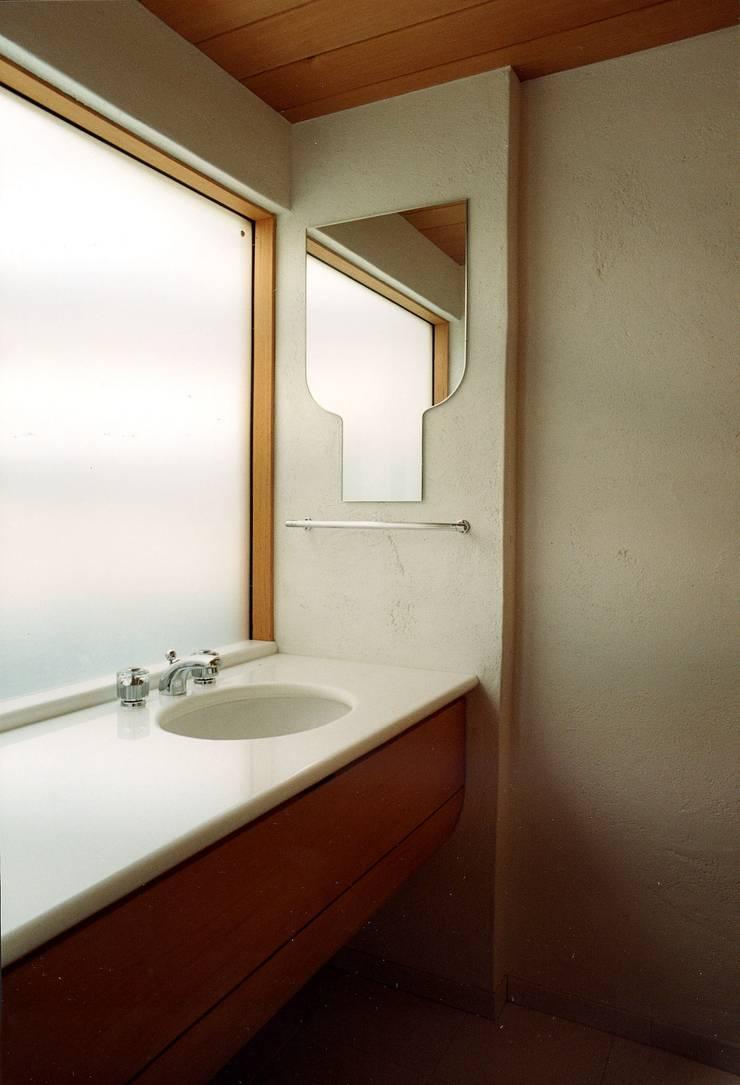 府中の家リノベーション: 松井建築研究所が手掛けた浴室です。