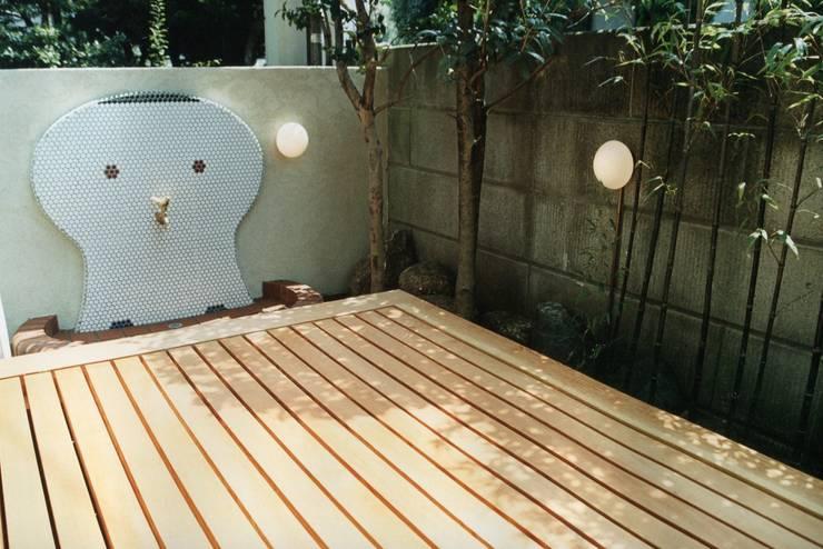 府中の家リノベーション: 松井建築研究所が手掛けたテラス・ベランダです。