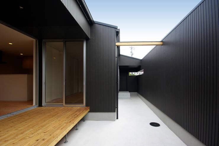 周防大島町の家: アトリエ イデ 一級建築士事務所が手掛けたテラス・ベランダです。