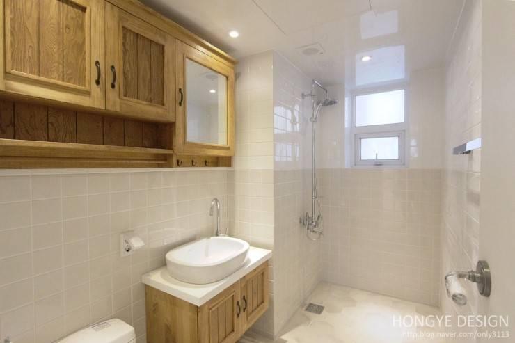 프렌치도어 시공으로 이국적인 느낌의 33py : 홍예디자인의  욕실