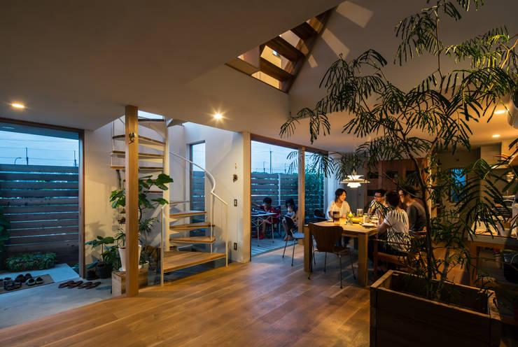 長尾元町の家: 藤森大作建築設計事務所が手掛けたリビングです。