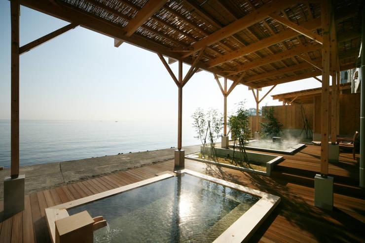 1F露天風呂: 株式会社井上輝美建築事務所+都市開発研究所  aim.design studioが手掛けたホテルです。