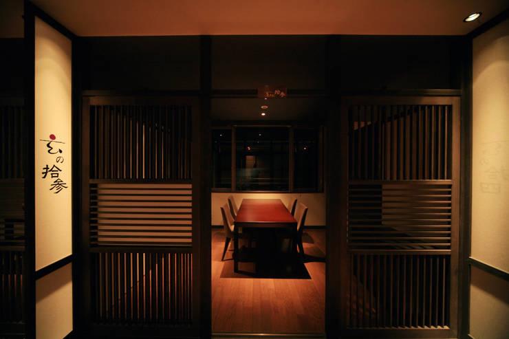 2F食事処・個室: 株式会社井上輝美建築事務所+都市開発研究所  aim.design studioが手掛けたホテルです。