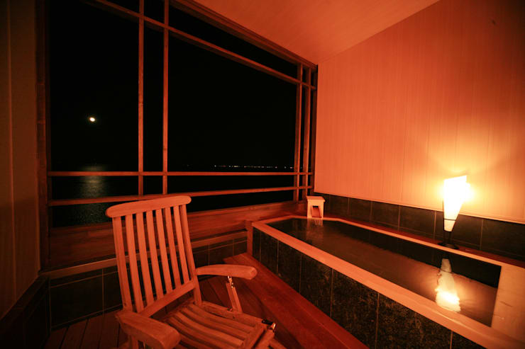 3、4F客室露天風呂: 株式会社井上輝美建築事務所+都市開発研究所  aim.design studioが手掛けたホテルです。