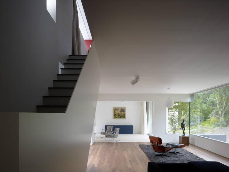 Villa in de duinen, Hoek van Holland:  Woonkamer door De Zwarte Hond, Modern