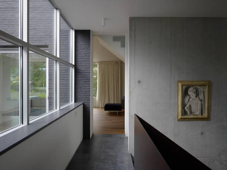 Villa in de duinen, Hoek van Holland:  Gang en hal door De Zwarte Hond, Modern
