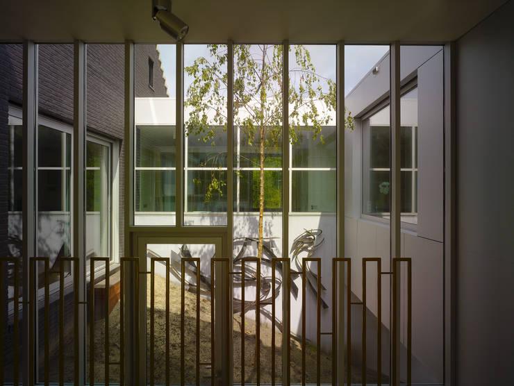 Villa in de duinen, Hoek van Holland:  Tuin door De Zwarte Hond, Modern