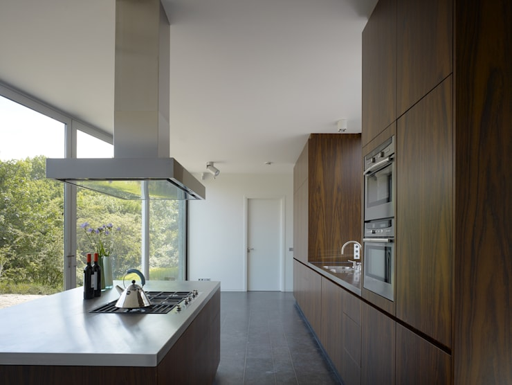 Villa in de duinen, Hoek van Holland:  Keuken door De Zwarte Hond, Modern Hout Hout