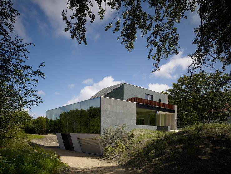 Villa in de duinen, Hoek van Holland:  Huizen door De Zwarte Hond, Modern