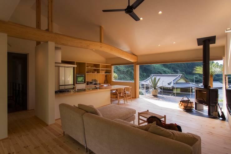 双海町の家: Y.Architectural Designが手掛けたリビングルームです。