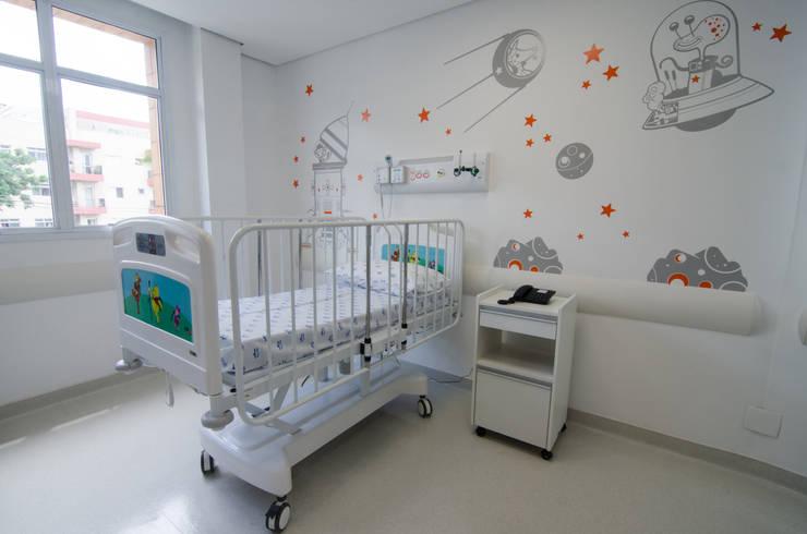 Hospital São Luiz Jabaquara: Quartos  por LMartins Fotografia
