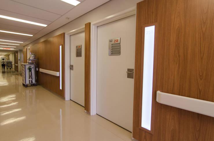Hospital São Luiz Jabaquara: Corredores e halls de entrada  por LMartins Fotografia