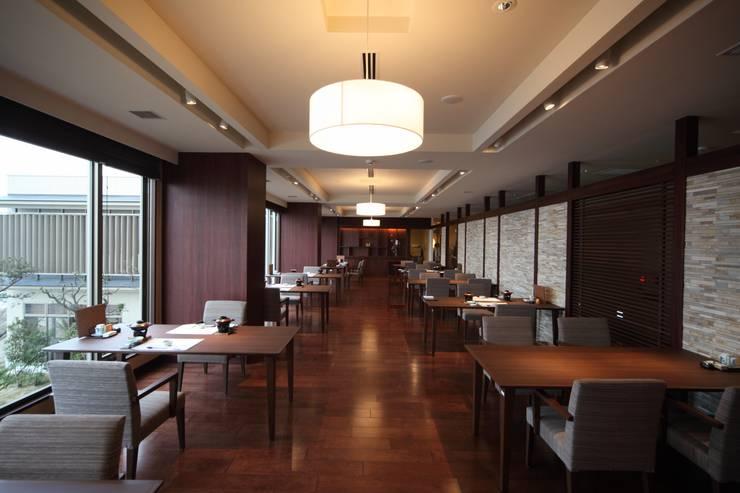 食事処 海鮮料理えいたろうテーブル席: 株式会社井上輝美建築事務所+都市開発研究所  aim.design studioが手掛けたホテルです。