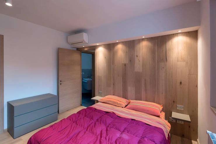 Villa a schiera Roma: Camera da letto in stile  di Laura Galli Architetto