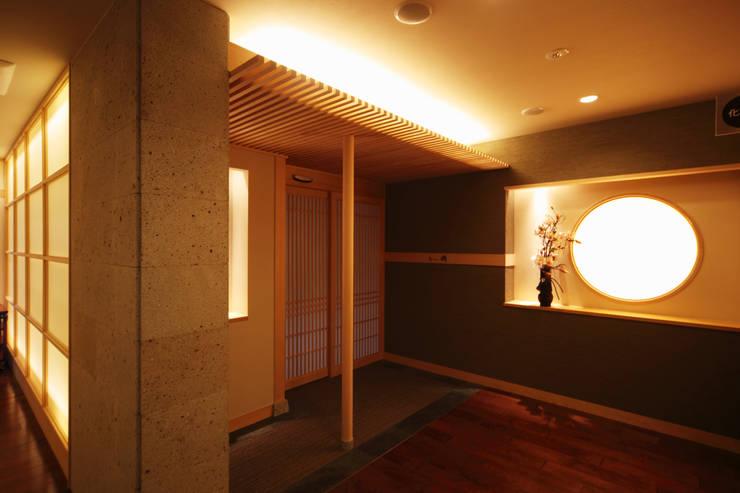 食事処 海鮮料理えいたろう和席: 株式会社井上輝美建築事務所+都市開発研究所  aim.design studioが手掛けたホテルです。