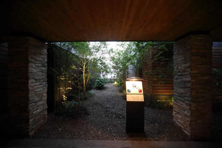 8F屋上庭園: 株式会社井上輝美建築事務所+都市開発研究所  aim.design studioが手掛けたホテルです。