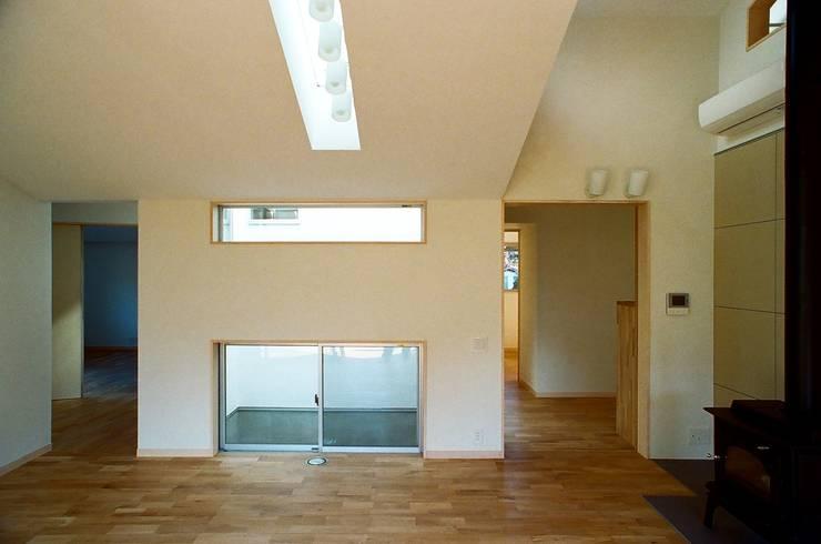 透き抜ける家: 麻生建築設計工房が手掛けたリビングです。,