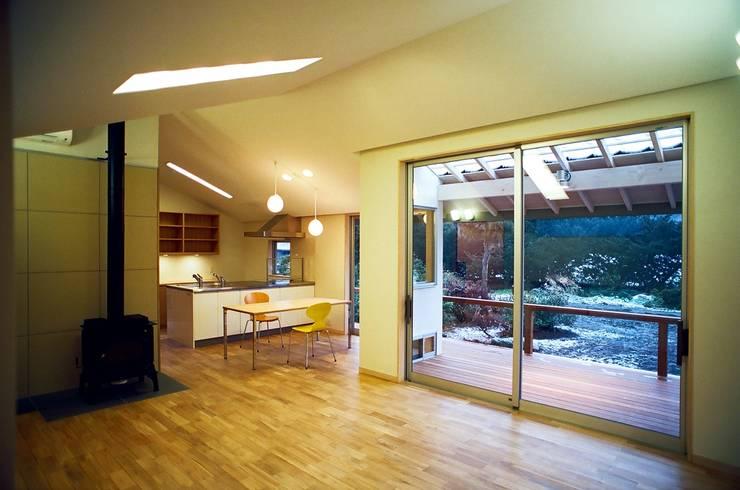Living room by 麻生建築設計工房, Modern