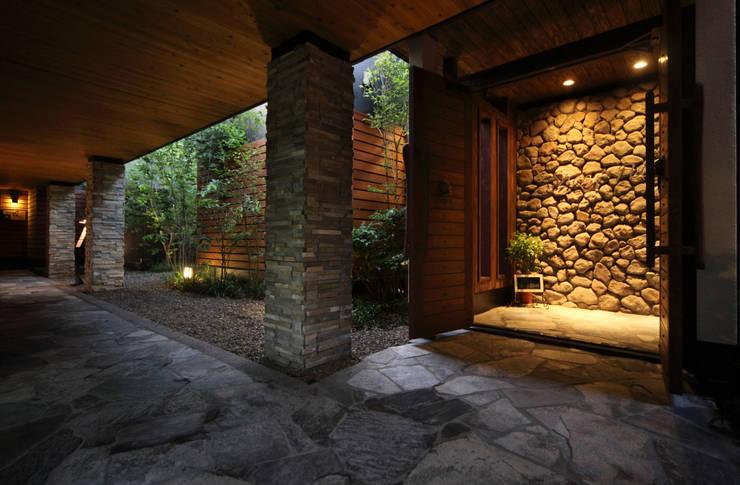 8F屋上庭園、SPA&エステ: 株式会社井上輝美建築事務所+都市開発研究所  aim.design studioが手掛けたホテルです。