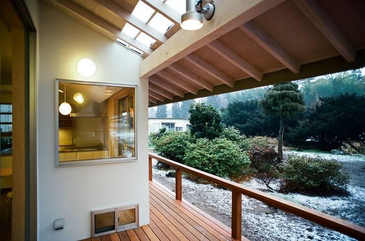 透き抜ける家: 麻生建築設計工房が手掛けたテラス・ベランダです。,