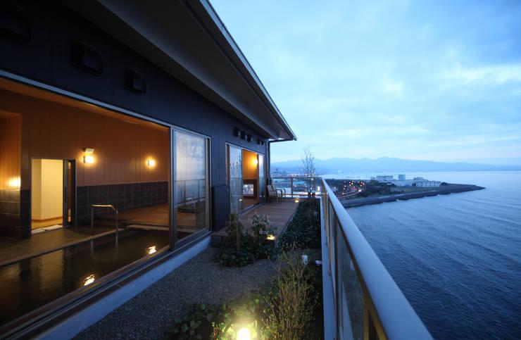 8F展望浴場: 株式会社井上輝美建築事務所+都市開発研究所  aim.design studioが手掛けたホテルです。