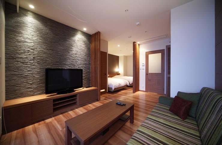 客室ツインタイプ: 株式会社井上輝美建築事務所+都市開発研究所  aim.design studioが手掛けたホテルです。